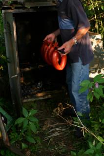 Pappa hänger in korven i röken.